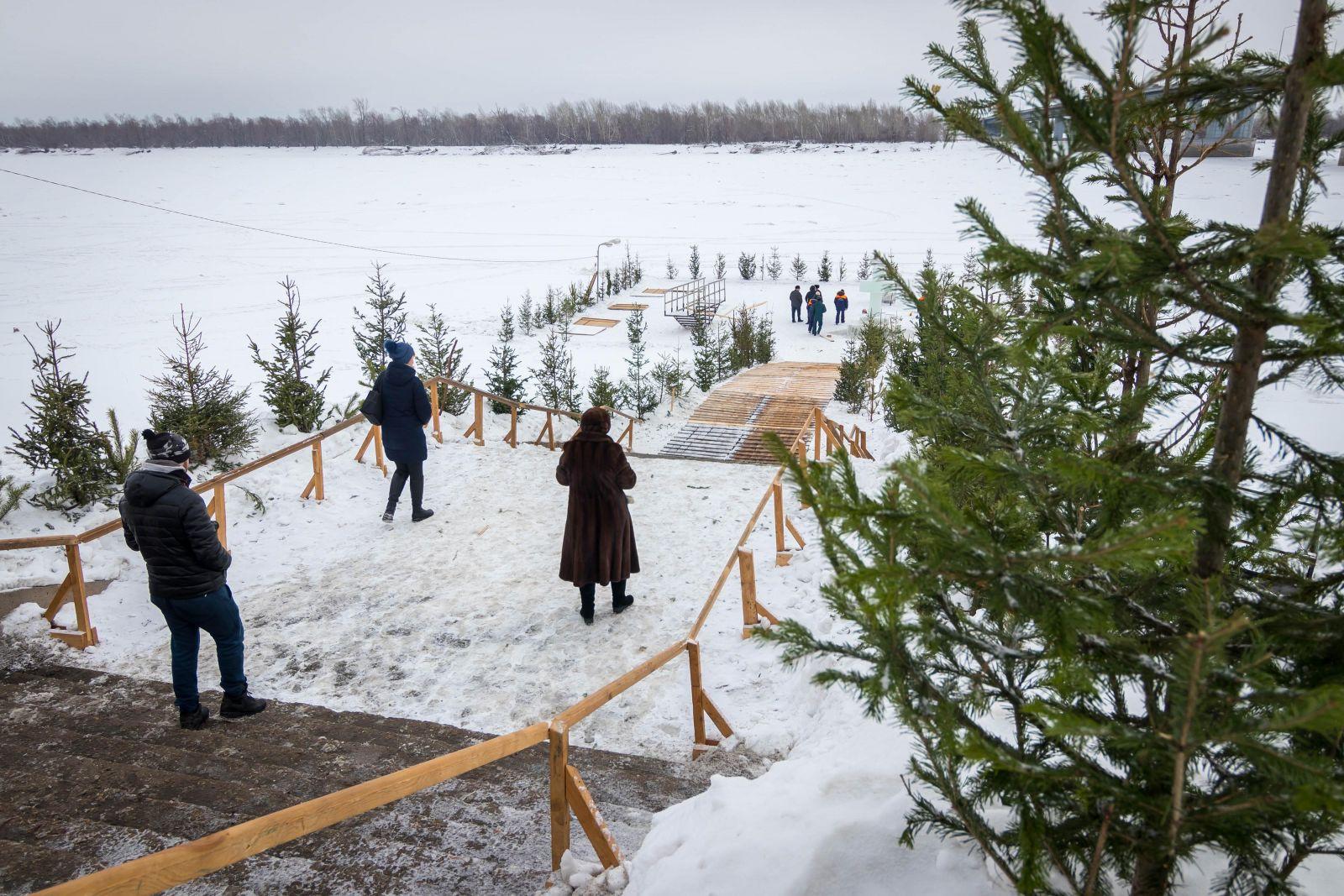 Глава Барнаула компании подчиненных совершил крестный к Речному вокзалу