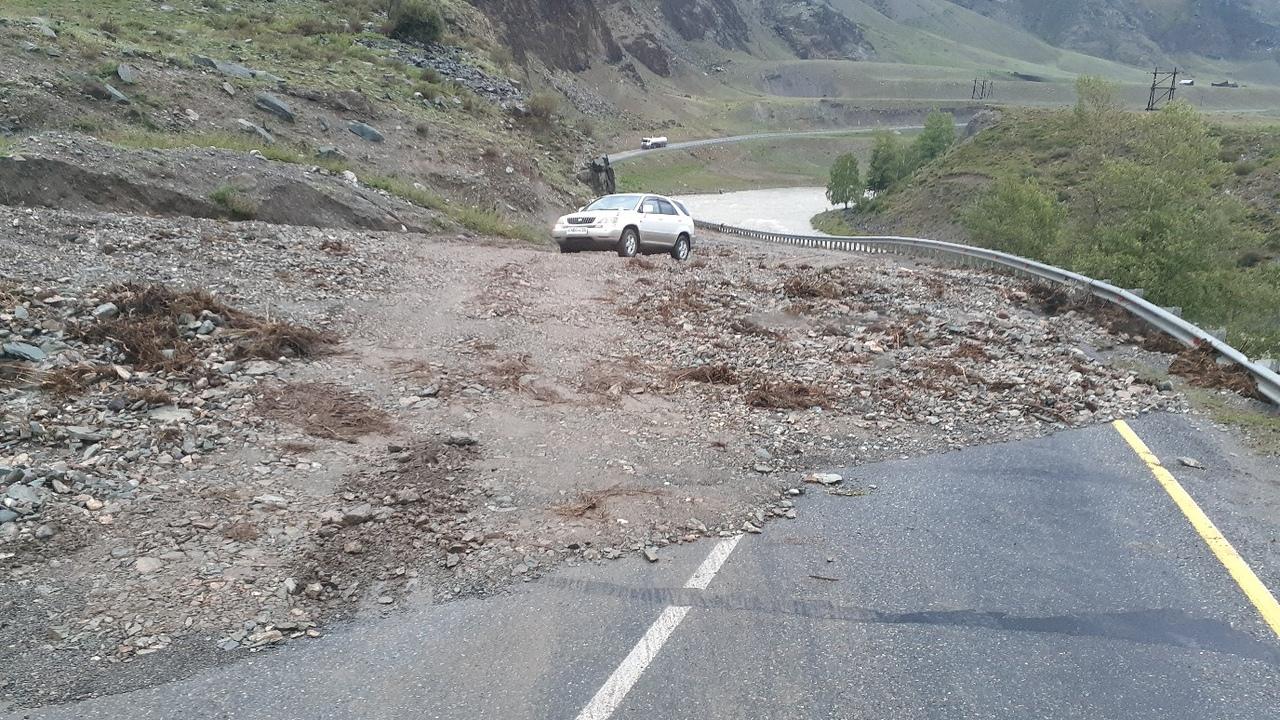 Чуйский тракт оказался заблокирован авто Республике Алтай из-за схода селей