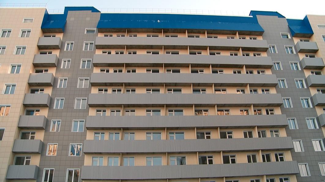 Чиновники Бийска пытаются переселить людей аварийного дома новостройку протекающей крышей