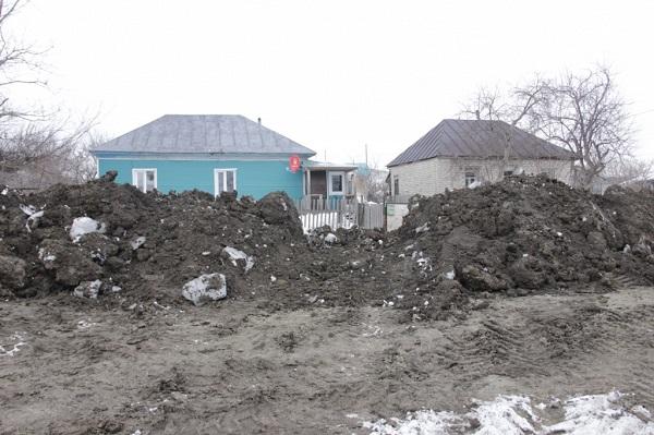 В Змеиногорске неторопливый подрядчик завершил эпичный ремонт баррикадами улице