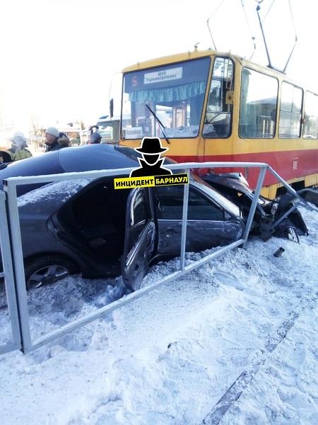 Таран правилам уверенный маневр трамвайных путях стоил автомобиля барнаульскому водителю