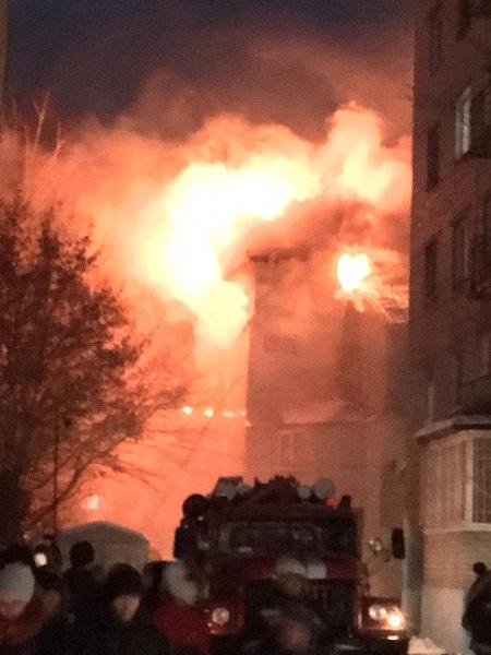 Десятки пожарных более часа тушили Барнауле мини-гостиницу сомнительной славой