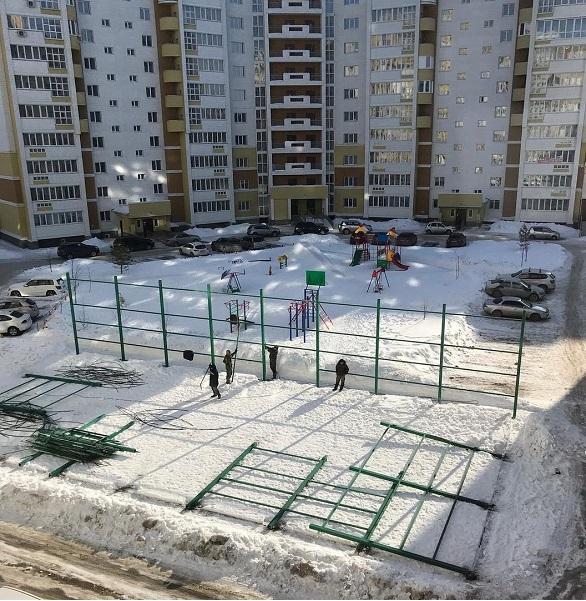 Наркоманы наверное беспокойная горожанка через заставила застройщика снести спортплощадку Барнауле