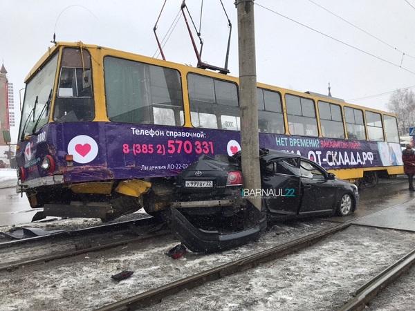 Дороже денег Барнауле трамвай раздавил безропотное авто бетонную опору