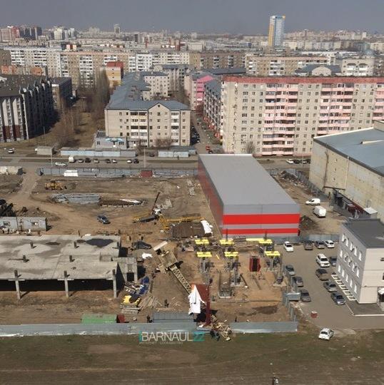 В Барнауле стройке будущего торгового центра упал кран