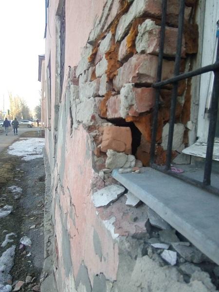Прокуратура грозит обнищавшим городским чиновникам нерасселенный аварийный дом