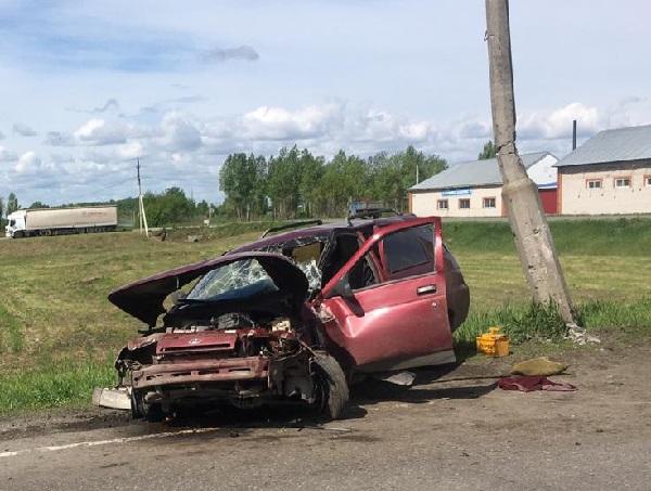 Под Бийском автомобиль полной скорости швырнуло железобетонную опору после столкновения девяткой