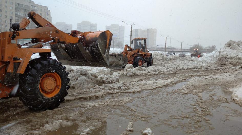В Барнауле коммунальщики устраняют очередной прорыв затопленной улице