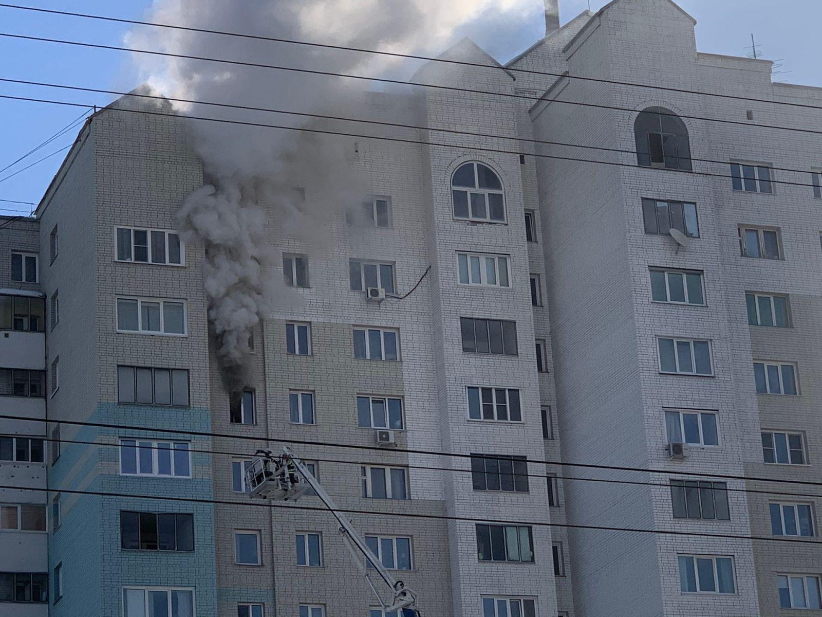 Спасатели ликвидируют серьезный пожар 12 этаже барнаульской высотки обновлено