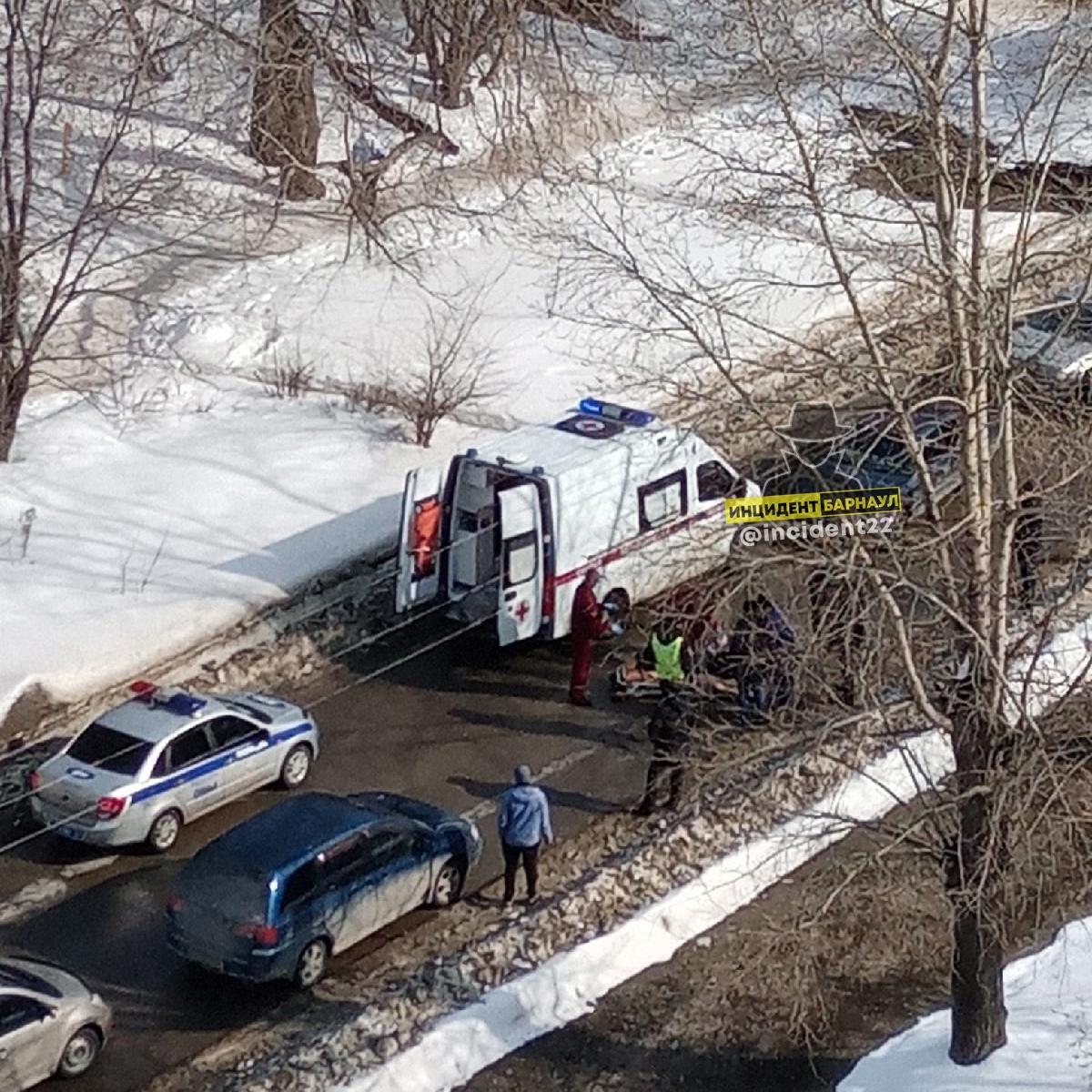 В Барнауле молодой водитель Toyota Chaser сбил перебегавшую дорогу пожилую женщину