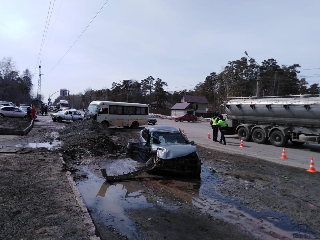 Два человека пострадали столкновении маршрутки легковушки Змеиногорском тракте Барнауле