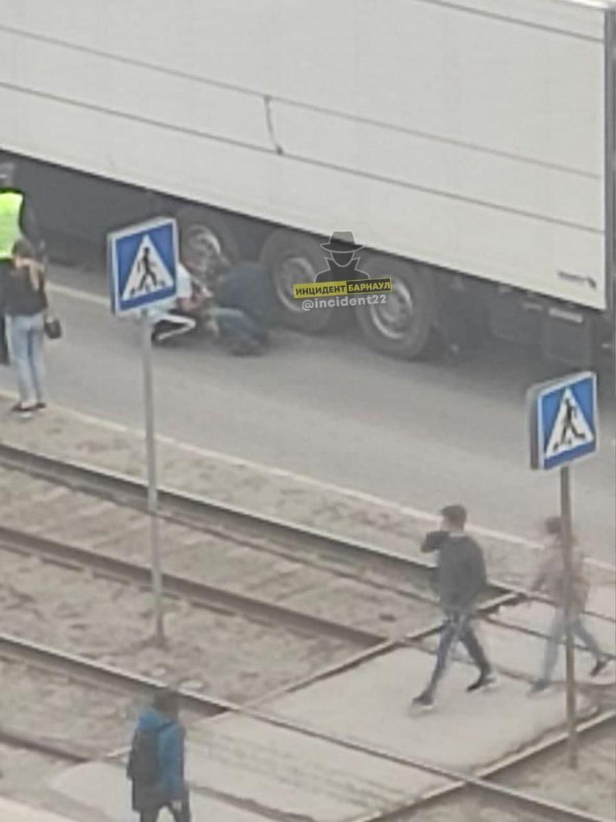 В Барнауле фура протащила колесами сбитую переходе женщину