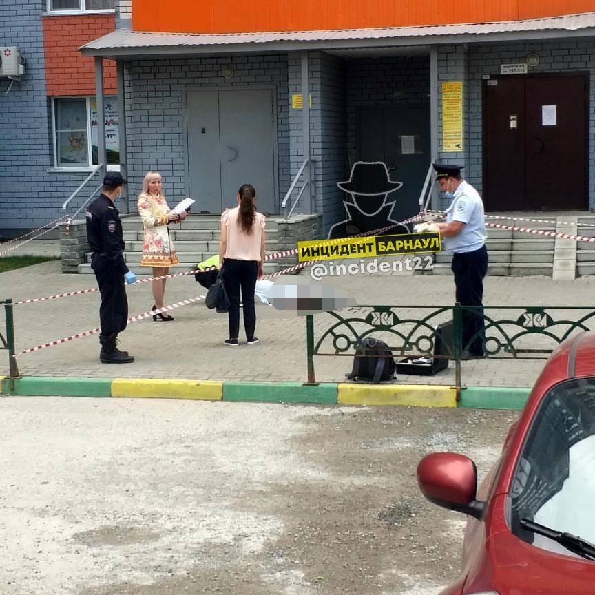 В Барнауле следователи проводят проверку факту гибели упавшего балкона парня