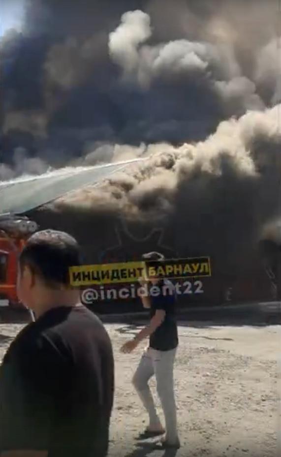 120 человек эвакуировали из-за крупного пожара барнаульском рынке