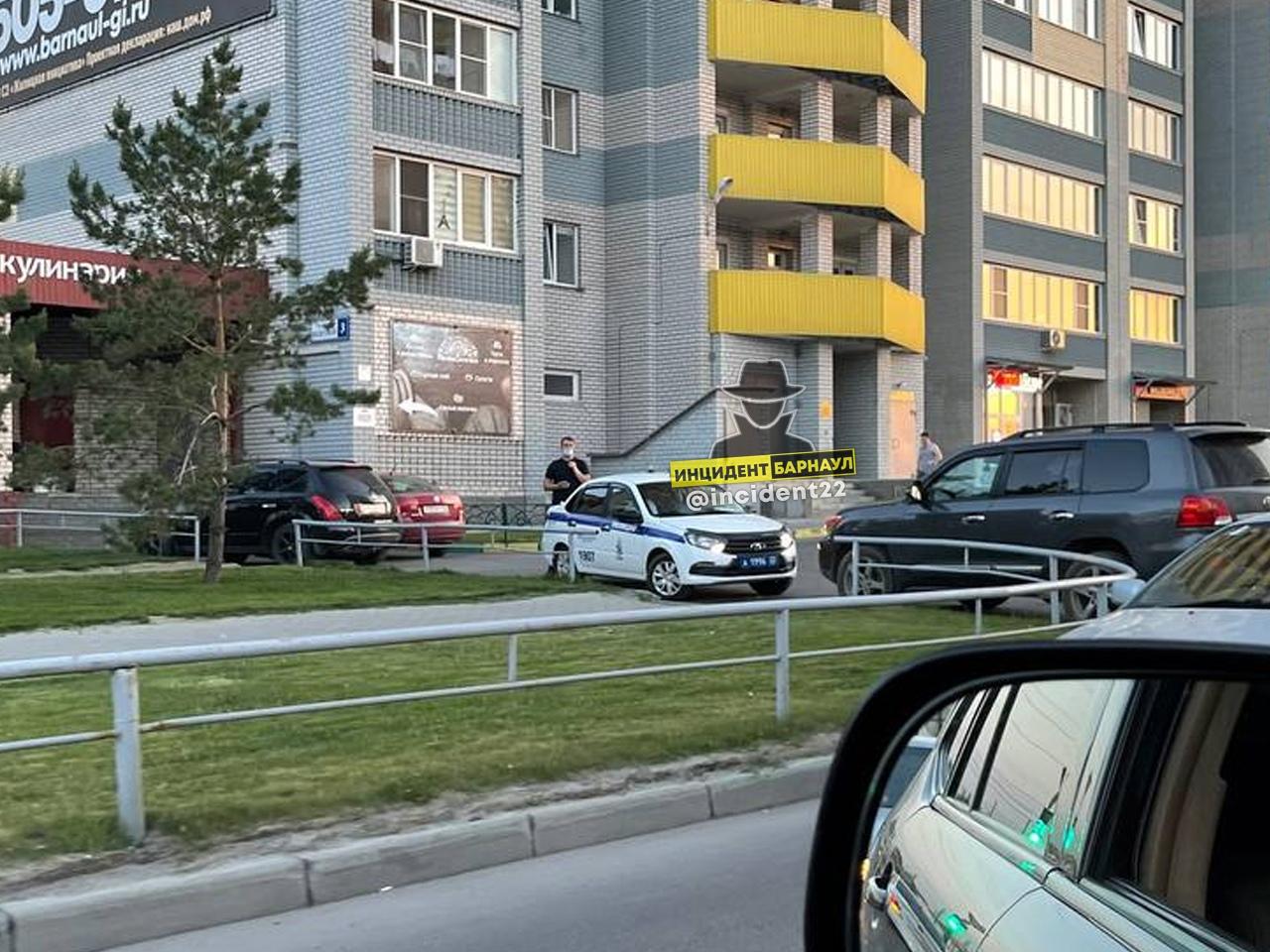 В Барнауле дети сбросили 15 этажа голову маленькому мальчику пятилитровую бутылку водой