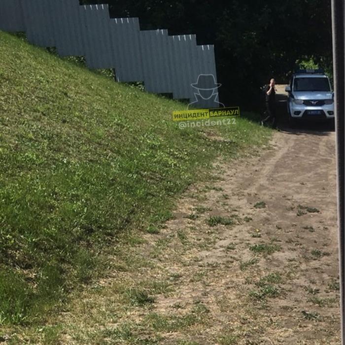 У барнаульского Нагорного парка нашли труп неустановленного мужчины