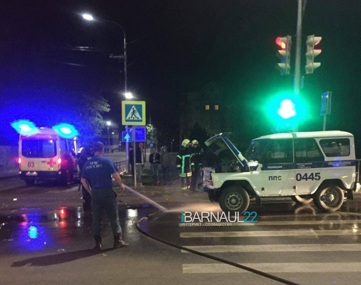Полиция разбирается ночном с участием патрульного экипажа полиции Барнауле