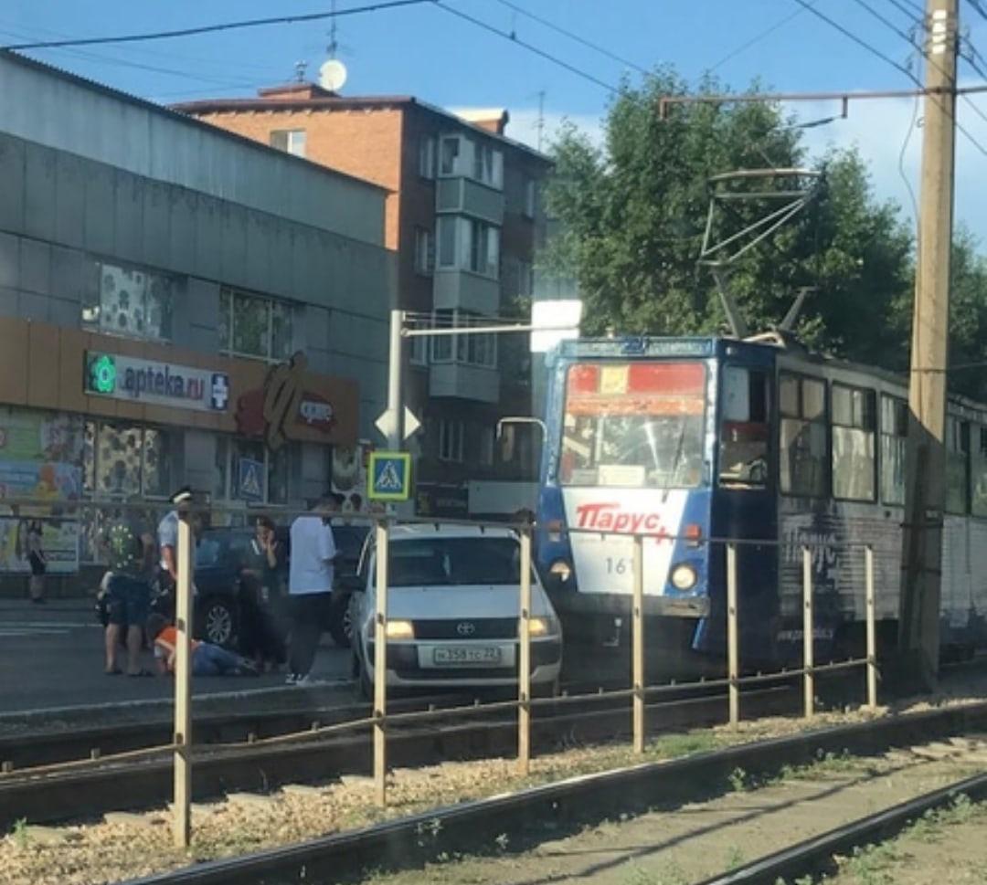 В Бийске статусный внедорожник переломал ноги вышедшему вагона водителю трамвая