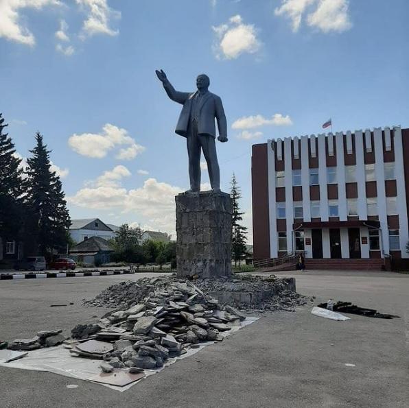Ничего странного глава района Алтайском крае объяснил ремонт памятника Ленину инициативе ЕР