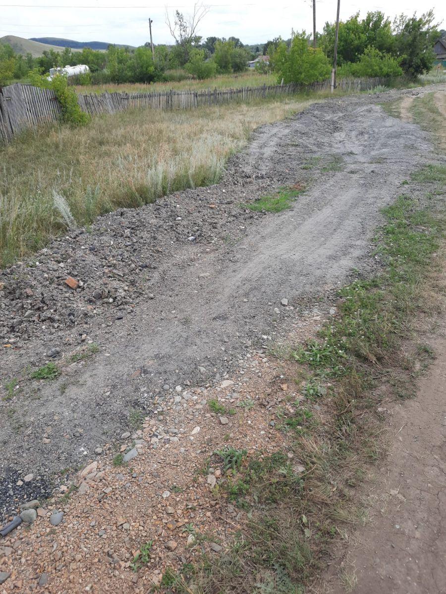 В Краснощековском районе местные власти взялись спорный ремонт некритично разрушенной паводком улицы