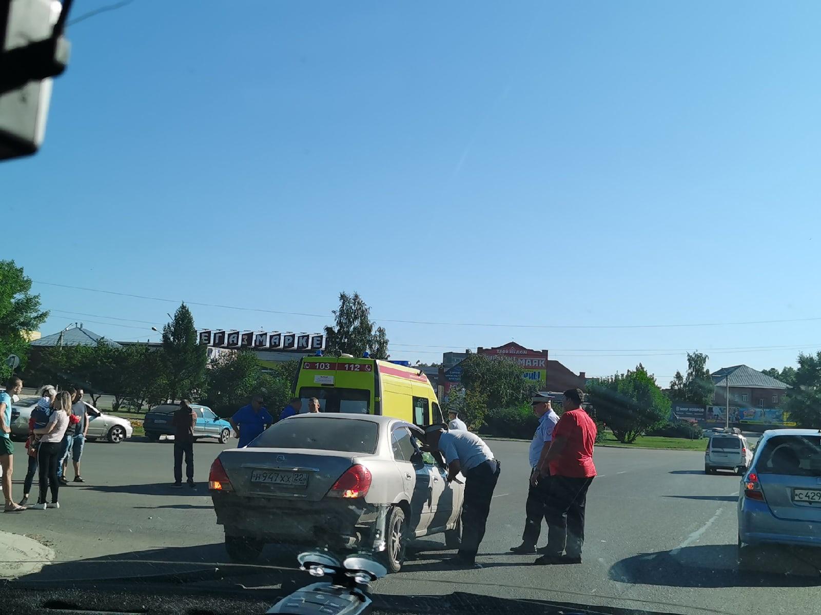 В Бийске молодая девушка сбила двух подростков пешеходном переходе