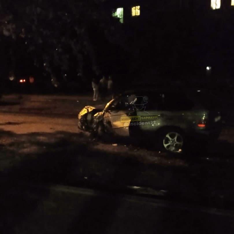 Барнаульские полицейские ищут разбившего на трамвайных путях ночного гонщика
