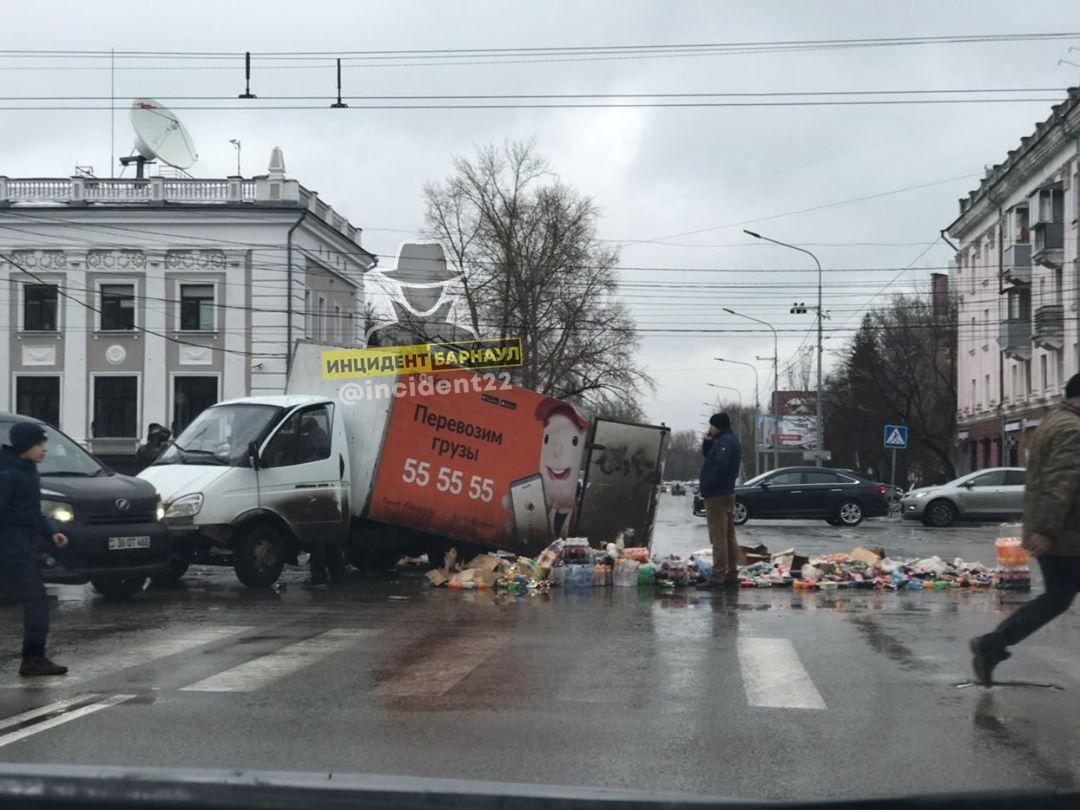И нашей улице праздник грузовик завалил продуктами оживленный перекресток Барнауле из-за ДТП