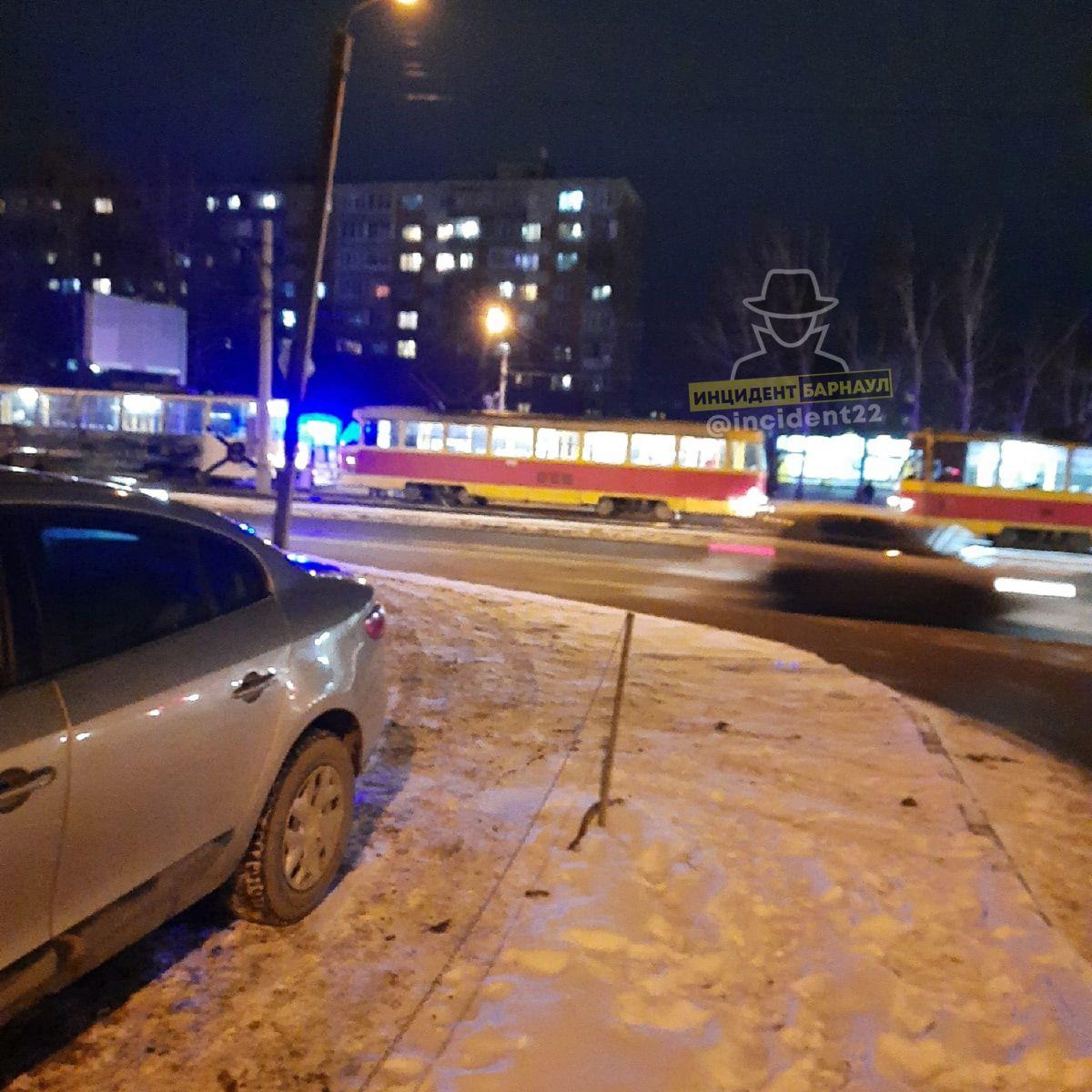 В Барнауле трамвай наехал лежащего путях пешехода