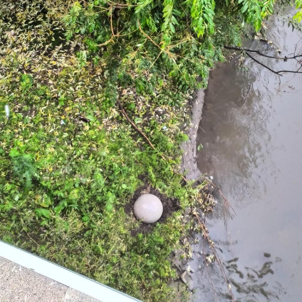 В Барнауле вандалы едва укатили реку украшавший мост каменный шар