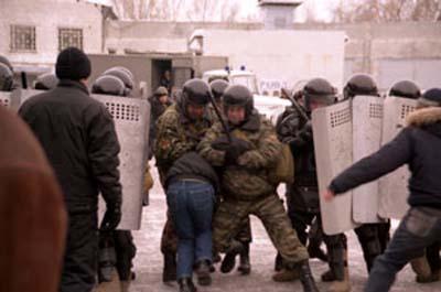 """""""С дороги все! Уходим с дороги"""", - полиция российского Сочи пресекла акцию протеста пенсионеров, которые требовали вернуть льготный проезд - Цензор.НЕТ 1160"""
