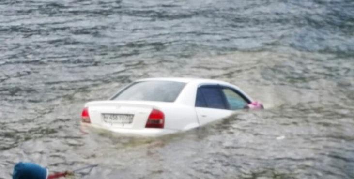 Бийчане утопили автомобиль вТелецком озере