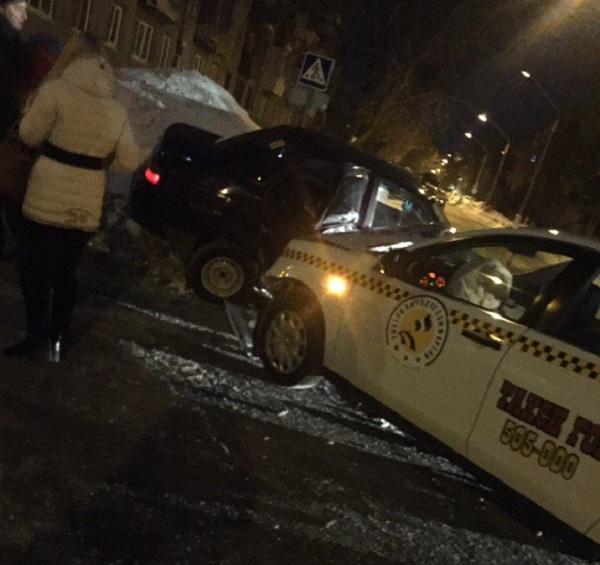 ВБарнауле ночью вДТП сучастием такси пострадала молодая девушка
