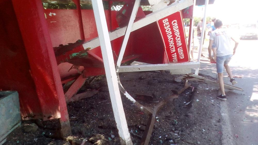 Автомобиль Тоёта врезался востановку вБарнауле, пострадал один человек