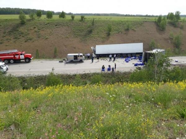 Три человека погибли встолкновении 2-х фургонов натрассе вКузбассе