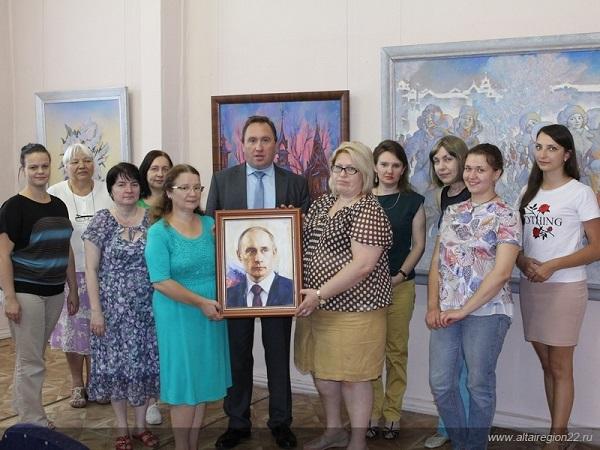 Никас Сафронов подарил портрет В. Путина алтайскому музею