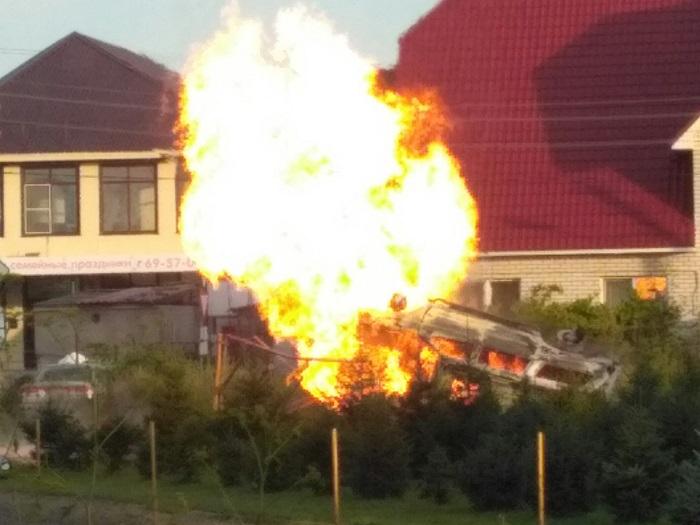 Автомобиль горит окрытым огнем после наезда на газовый узел