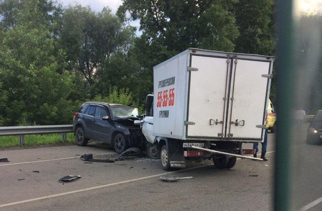 Мужчину зажало виномарке после столкновения сгрузовым такси под Новоалтайском