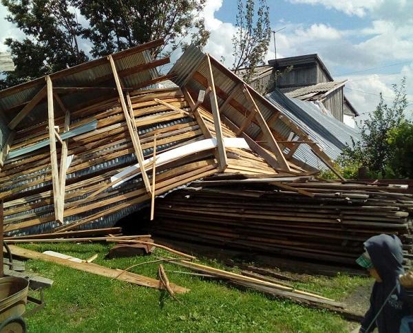 Крыша частного дома оказалась в огороде соседей