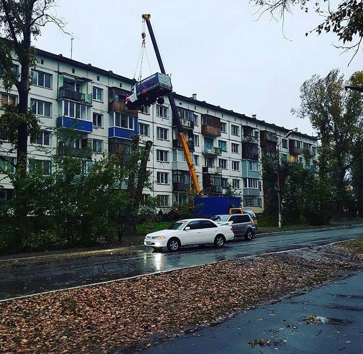 Романтик изБийска накране поднял грузовое авто напятый этаж