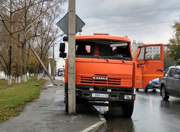 НаПавловском тракте вБарнауле шофёр «КамАЗа» выпал изкабины машины