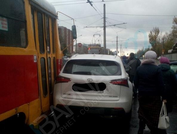 Барнаулец Lexus устроил электротранспортный коллапс Ленинском районе города