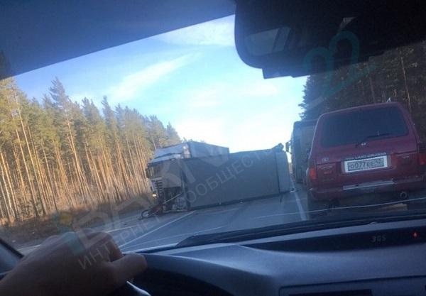 На трассе Барнаул Новосибирск фура перевернулась после столкновения легковым авто