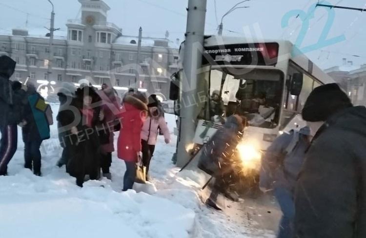 Глава Барнаула краевой Минздрав взяли контроль серьезную аварию автобусом центре города