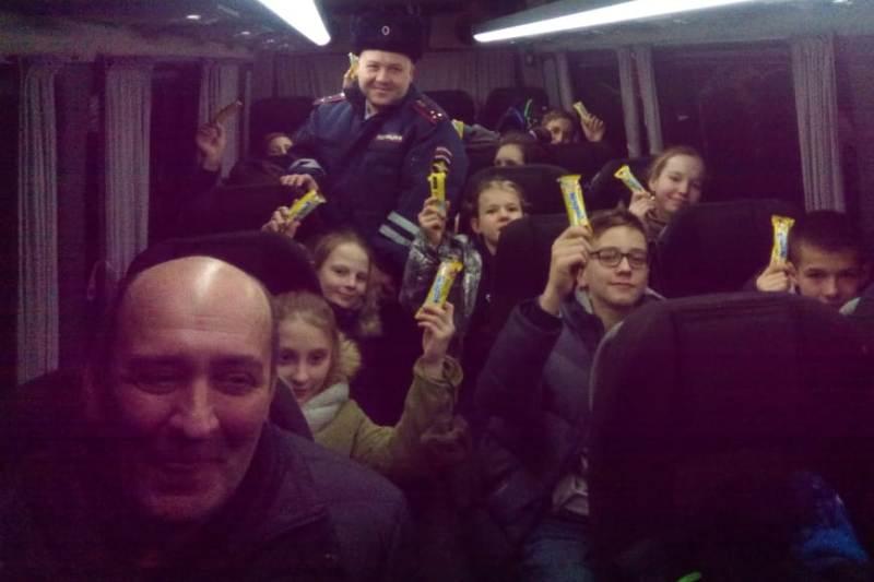 Сотрудники полиции пришли помощь замерзавшим алтайской трассе детям