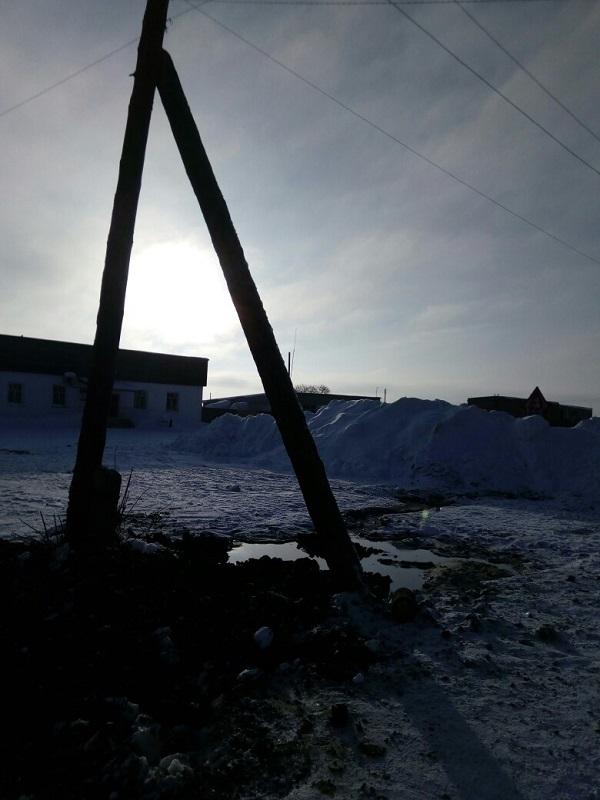 Столб-землеройка неделю дает коммунальщикам наладить водоснабжение алтайском селе