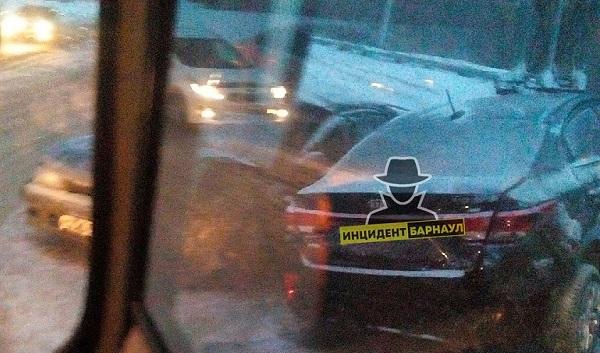 Водитель смял четыре автомобиля время утреннего снегопада Барнауле