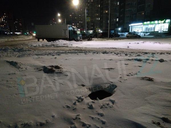 Отверстие колодца из-под снега