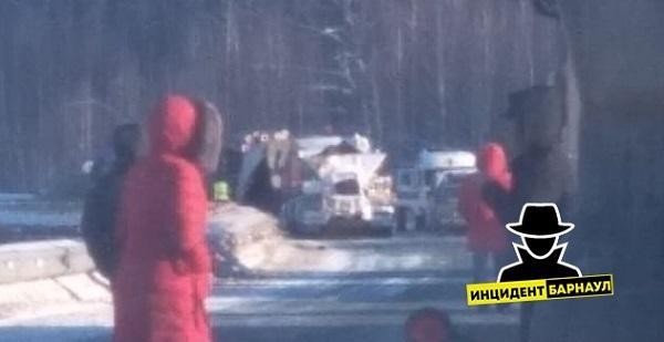 Нежданная встреча лесовоза грузовиком блокировала движение трассе Алтай Кузбасс