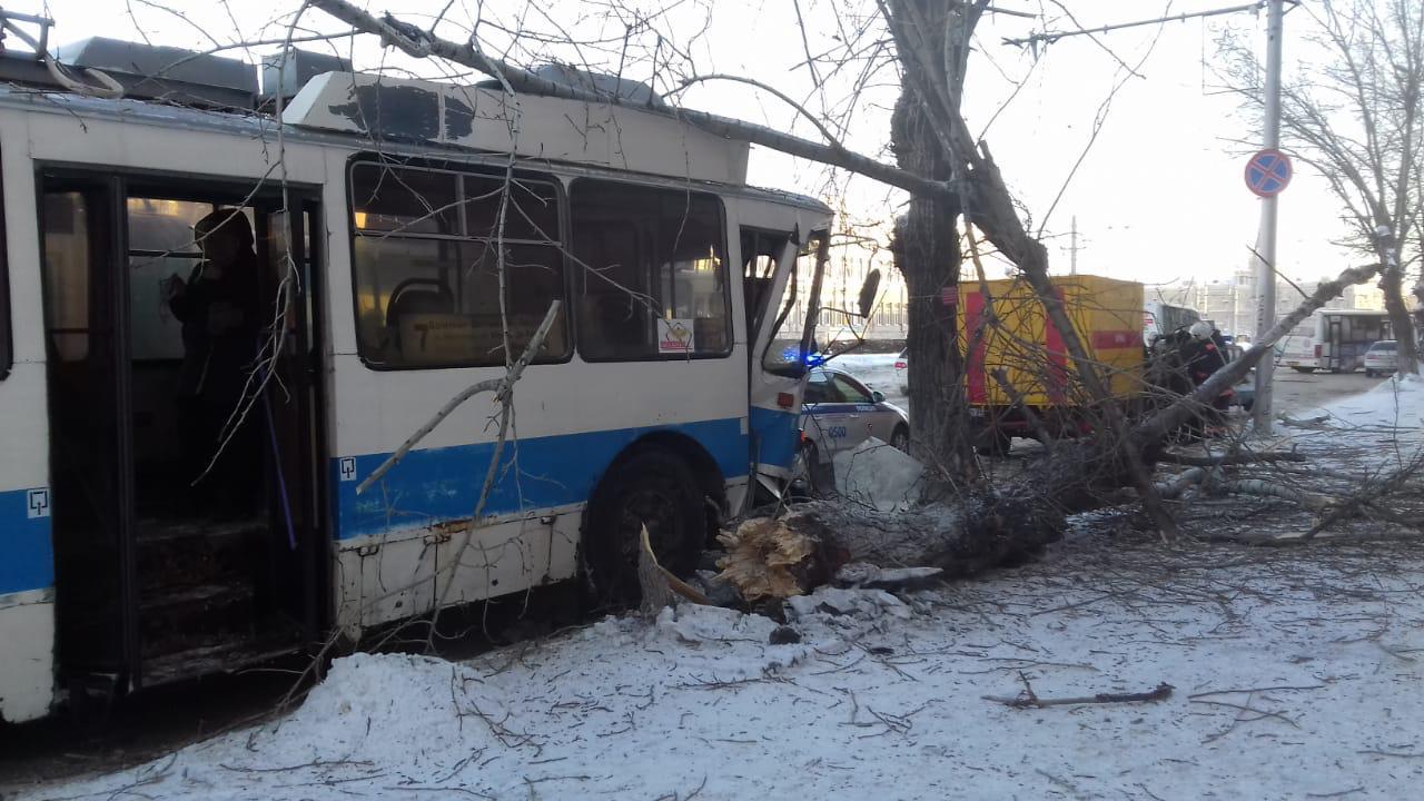 Лихой троллейбус протаранил дерево главном проспекте Барнаула