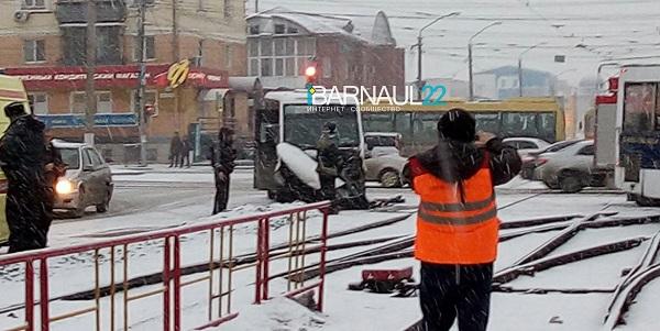 Трое барнаульцев оказались больнице из-за столкновения маршрутных автобусов час пик